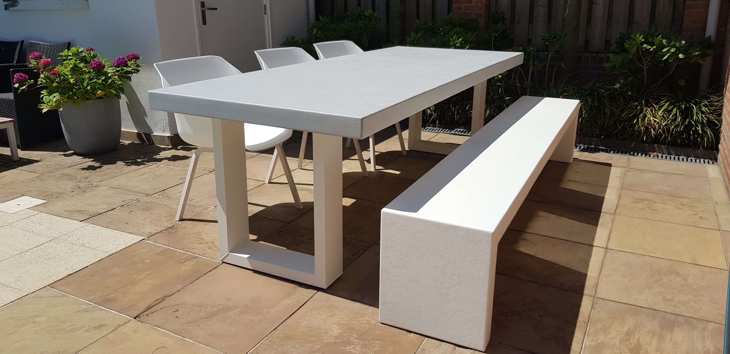 Betonlook tafel Base 1 met bank Booster